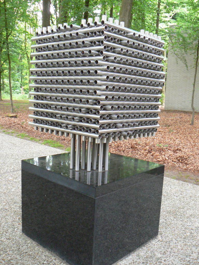 Kubische constructie(1968), kunstenaar Andre Volten, voor ingang Kröller-Müller Museum.